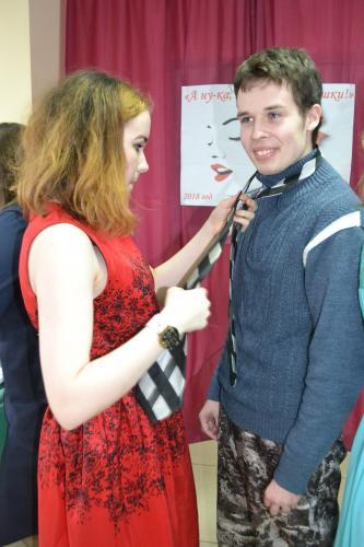 Завязывание галстука участницами конкурса